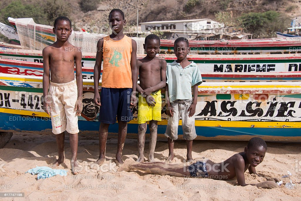 Group of children and fishing boats in Dakar - foto de stock