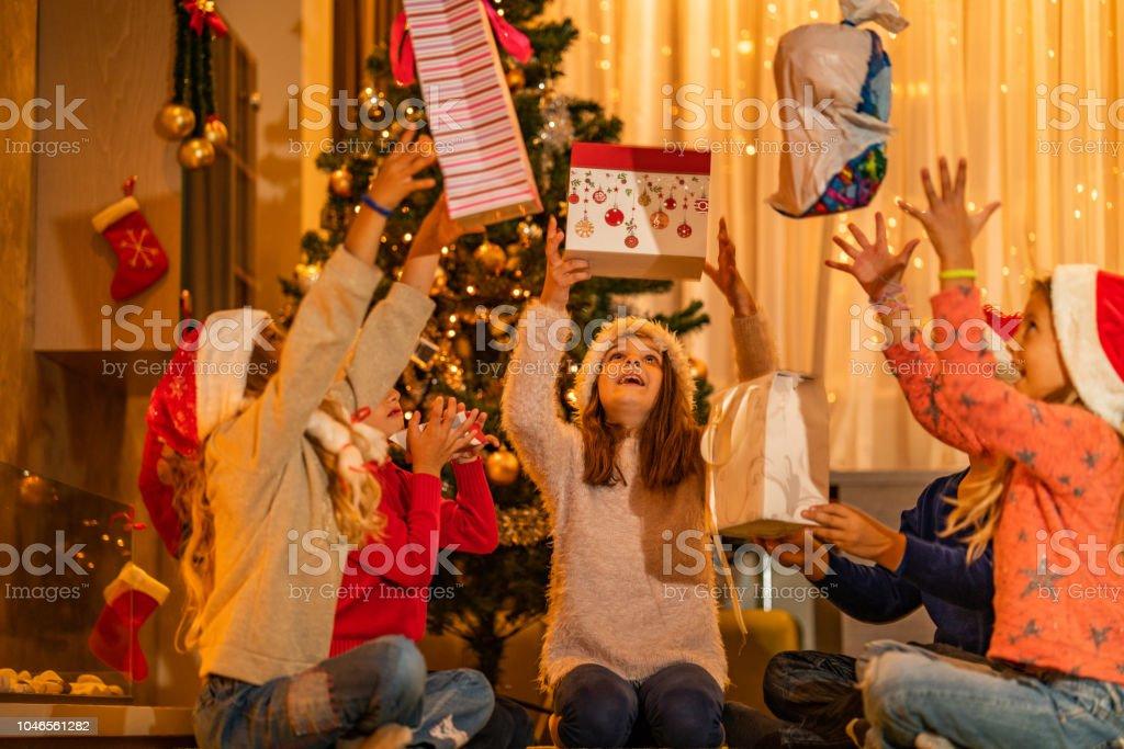 Weihnachtsgeschenke Für Kinder 2019.Kinder Sind Glücklich Weil Weihnachtsgeschenke Stockfoto Und Mehr