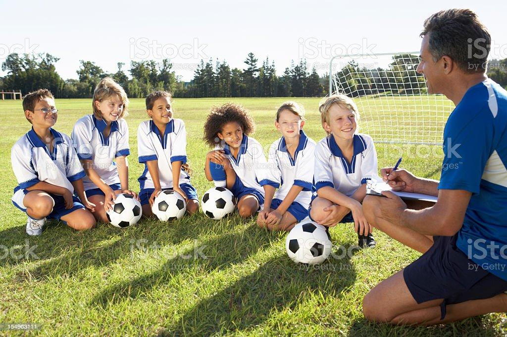Niños En El Equipo De Fútbol Con El Entrenador Con Capacitación Foto De Stock Y Más Banco De Imágenes De 50 59 Años Istock