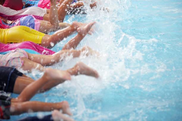 Grupo de niños en la clase de piscina, aprender a nadar - foto de stock