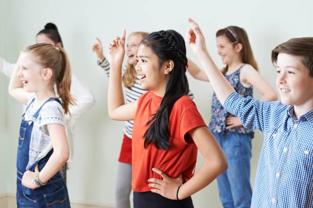 groep kinderen dansen in drama klasse samen - acteur stockfoto's en -beelden