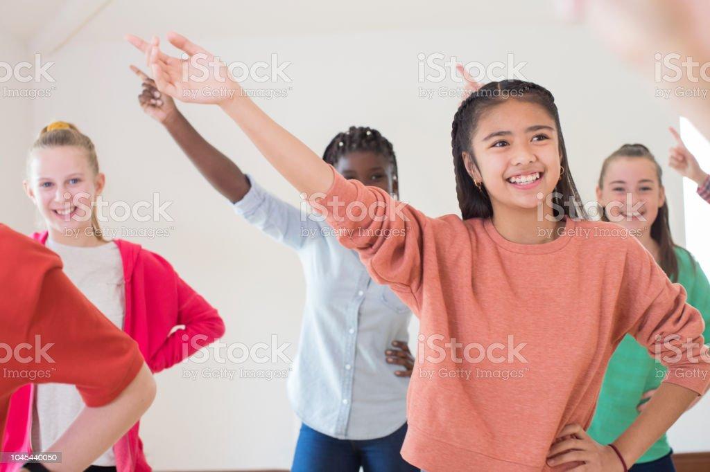 Gruppe von Kindern genießen gemeinsam Drama Class – Foto