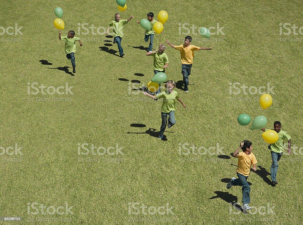 Gruppe von Kindern holding Ballons Lizenzfreies stock-foto