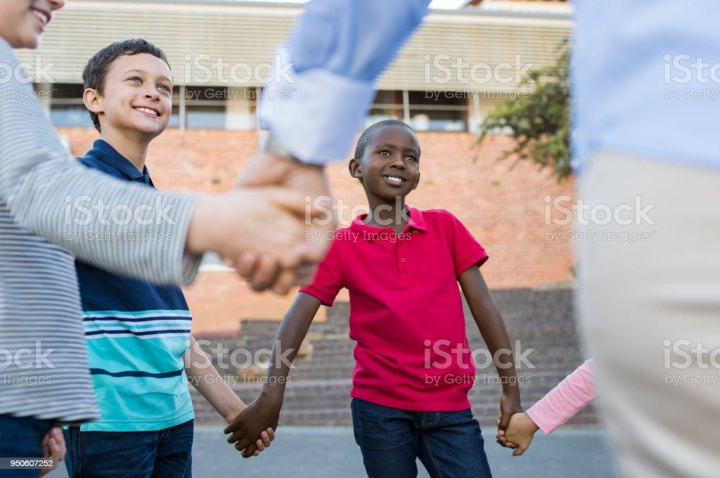 Groupe d'enfants, main dans la main - Photo