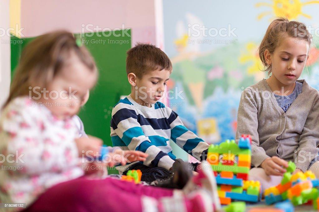 Grupo De Niños En El Jardín Infantil Foto de stock y más ...