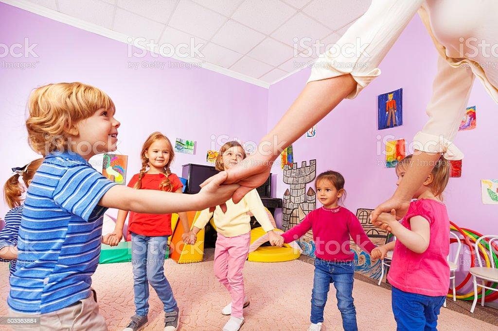 Groupe d'enfants s'amusent roundelay vue depuis soufflets - Photo