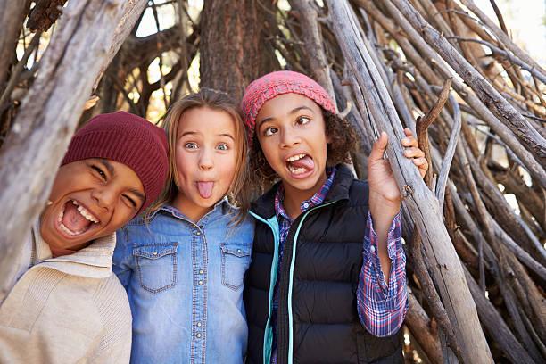 gruppe der kinder spielen im wald camp zusammen - kind vor der pubertät stock-fotos und bilder