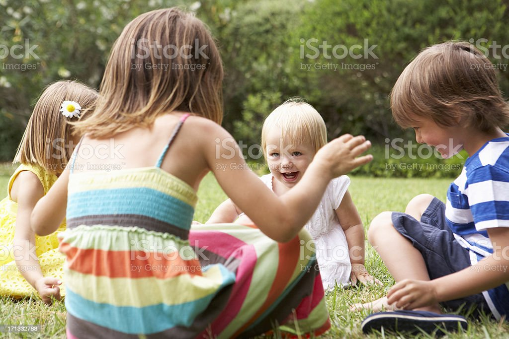 Groupe d'enfants jouant à l'extérieur ensemble - Photo
