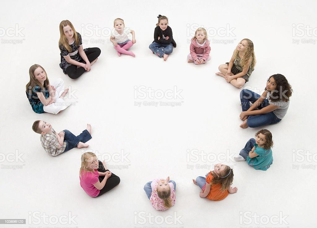 Gruppe von Kindern sitzen in einem Kreis. – Foto