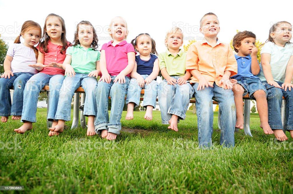 Gruppe von Kindern sitzen auf einem Picknick-Tisch im Freien – Foto