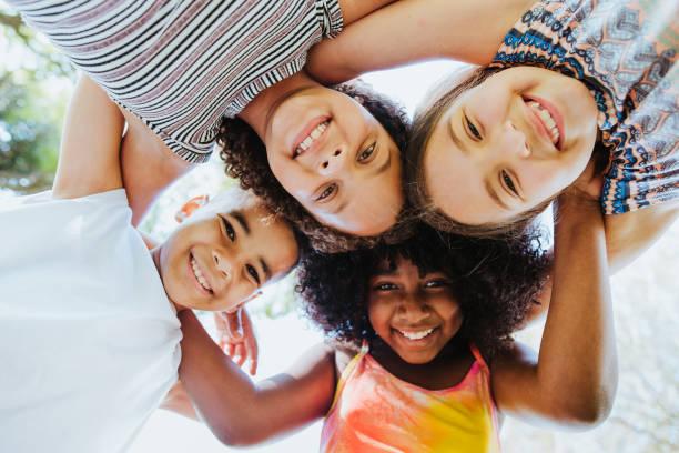 gruppo di bambini che sorridono e guardano la diversità della telecamera - bambino foto e immagini stock