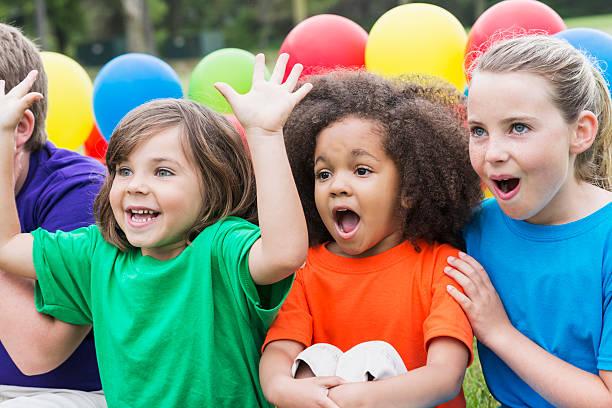 gruppe von kindern vor etwas fantastisches - kinderparty spiele stock-fotos und bilder