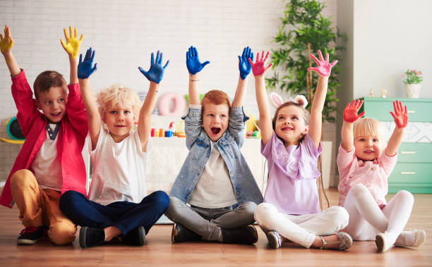 grupo de niños con manos de colores, pintados - escuela preescolar fotografías e imágenes de stock