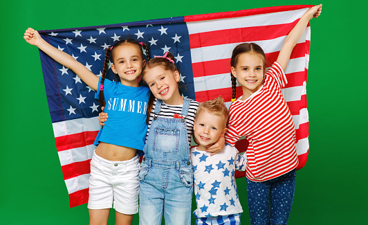 Group Of Children With Flag Of United States Of America Usa On Green Background — стоковые фотографии и другие картинки Близость