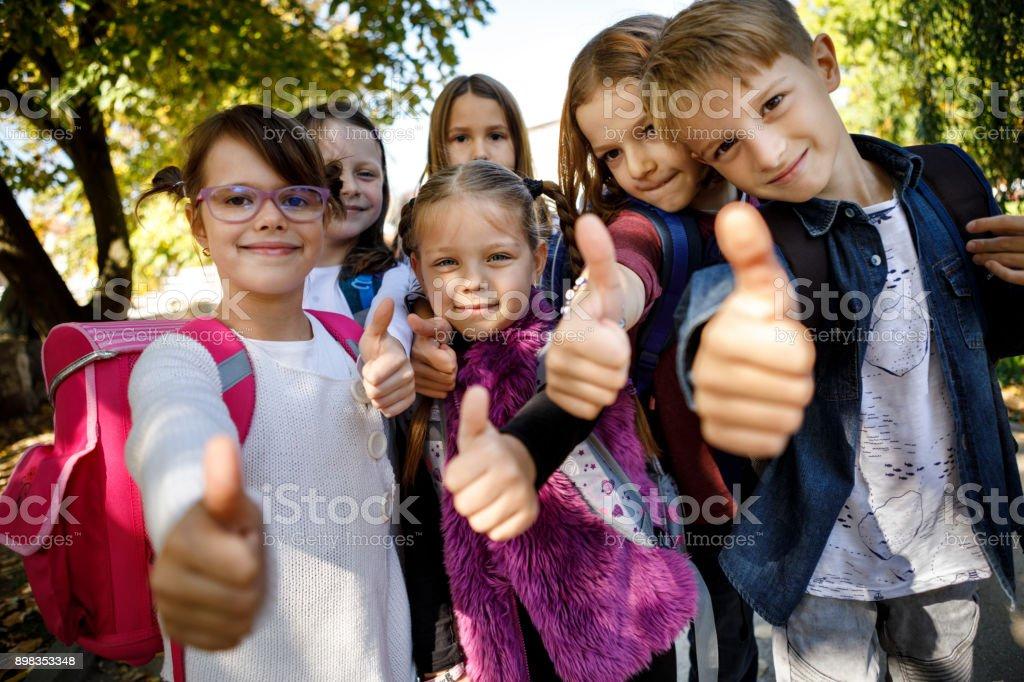Gruppe von Kindern mit Daumen hoch Zeichen – Foto