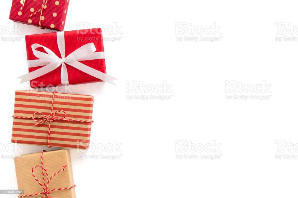 Gruppe von Weihnachten und Neujahr Urlaub Geschenk-Boxen auf weißem Hintergrund, Bordürenmuster – Foto