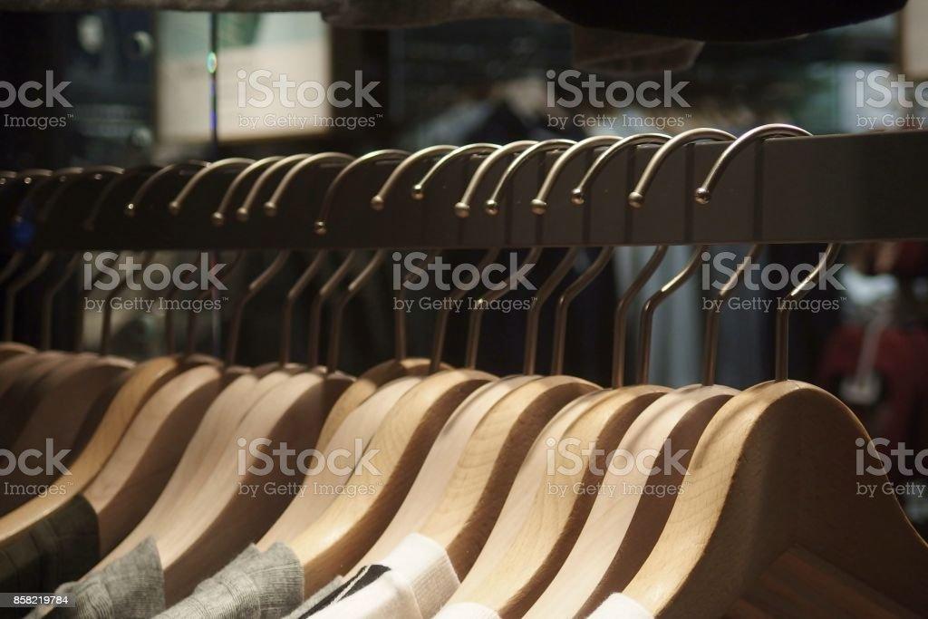 Grupo de suspensiones de paño en el estante - foto de stock
