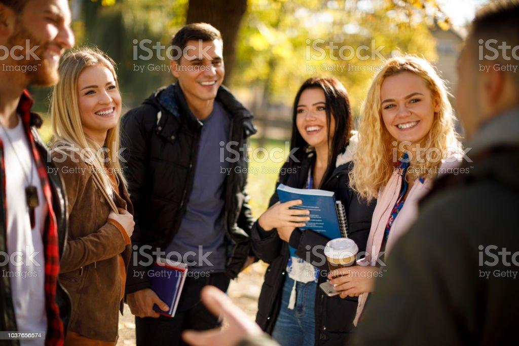 Gruppe von College-Studenten auf dem Campus der Universität – Foto