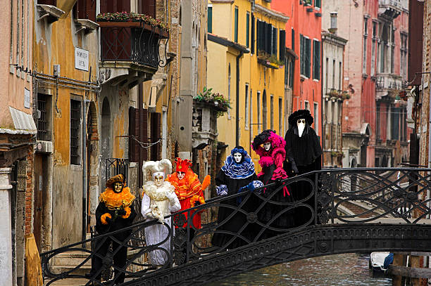 Grupo de coloridas máscaras veneciano en el puente de venecia - foto de stock