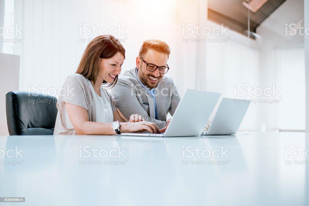 Gruppe von zuversichtlich Geschäftspartner arbeiten mit Laptop im Büro – Foto