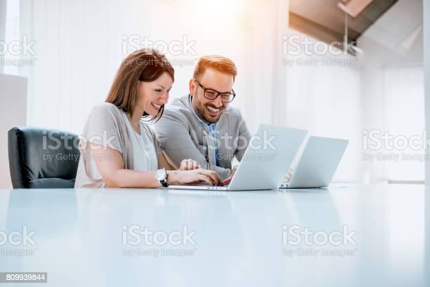 Gruppe Von Zuversichtlich Geschäftspartner Arbeiten Mit Laptop Im Büro Stockfoto und mehr Bilder von Arbeitsstätten