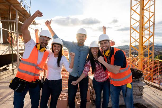 Gruppe von Bauarbeitern Blick auf eine Baustelle sehr zufrieden – Foto