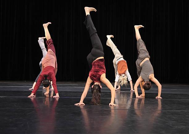 gruppe von modernen tänzer auf der bühne - stage musical stock-fotos und bilder