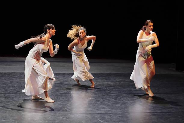 gruppe von modernen tänzer auf der bühne. - stage musical stock-fotos und bilder