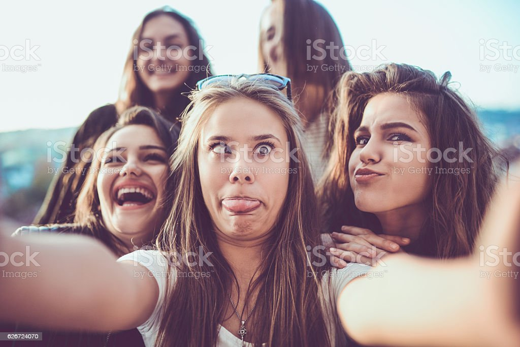 Group of Crazy Girls Taking Selfie and Making Faces Outdoors - Foto stock royalty-free di 20-24 anni