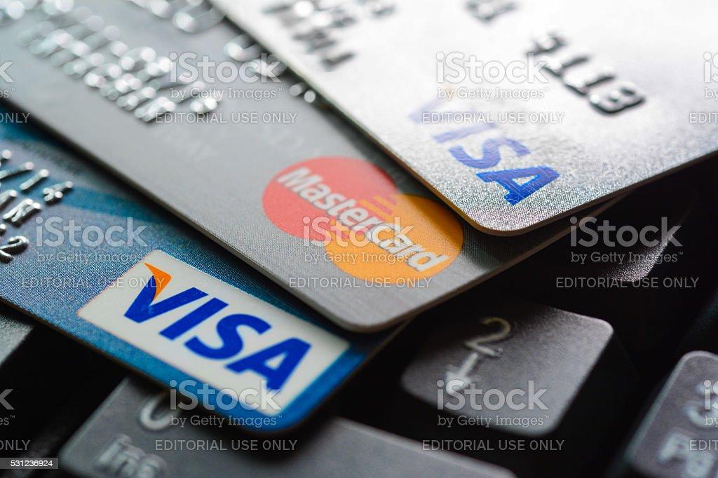 Gruppe von Kreditkarten auf computer-Tastatur – Foto