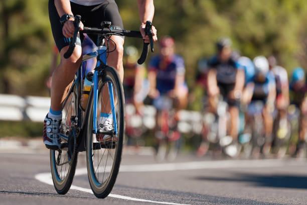 gruppo di ciclisti alla gara professionistica - ciclismo foto e immagini stock