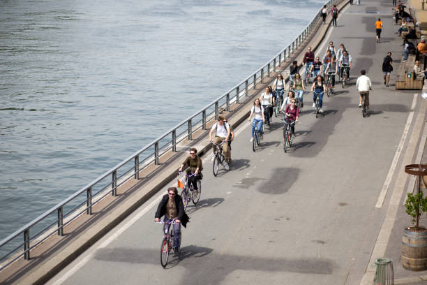 Grupo de ciclistas en Paris - foto de stock
