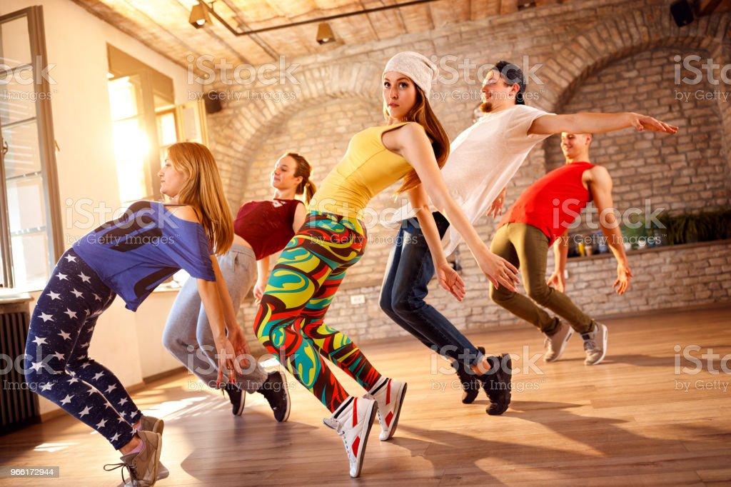 Gruppe von Tänzern, die zusammen tanzen – Foto
