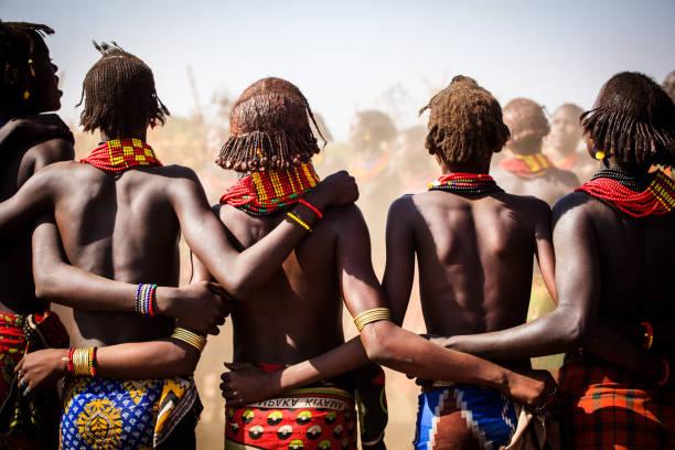 groupe de femmes de dassenech (dassanech) - coiffure africaine photos et images de collection