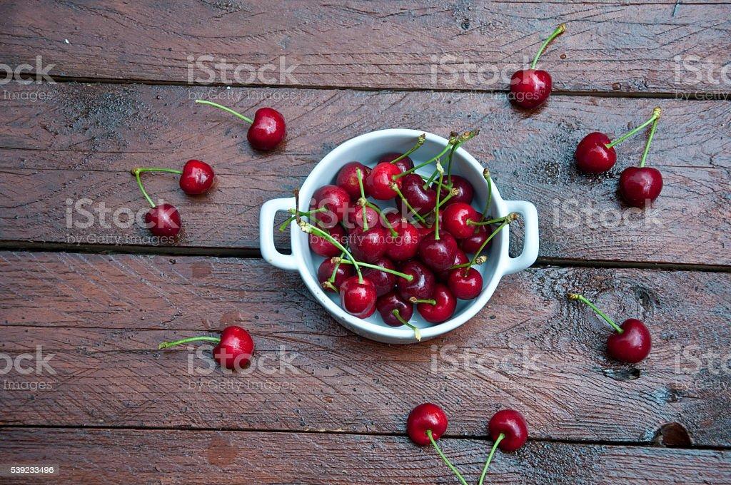 Grupo de deliciosos colhidos em backgr de madeira vermelho cereja foto royalty-free