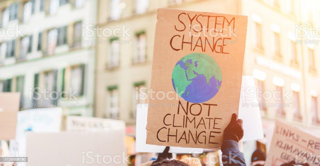 Gruppe von Demonstranten auf die Straße, Jugendliche kämpfen für Klimawandel - globale Erwärmung und Umwelt-Konzept - Banner im Fokus – Foto