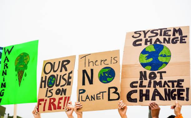 grupp demonstranter på väg, ungdomar kämpar för klimat förändringar-global uppvärmning och miljö koncept-fokus på banners - italy poster bildbanksfoton och bilder