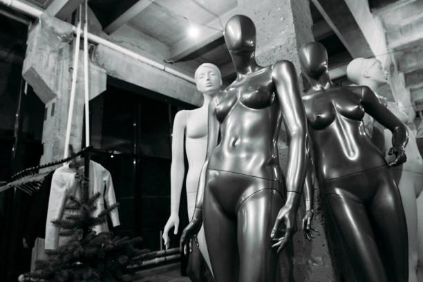 Gruppe von verschiedenen Schaufensterpuppen in einem Schaufenster während eines Verkaufs – Foto