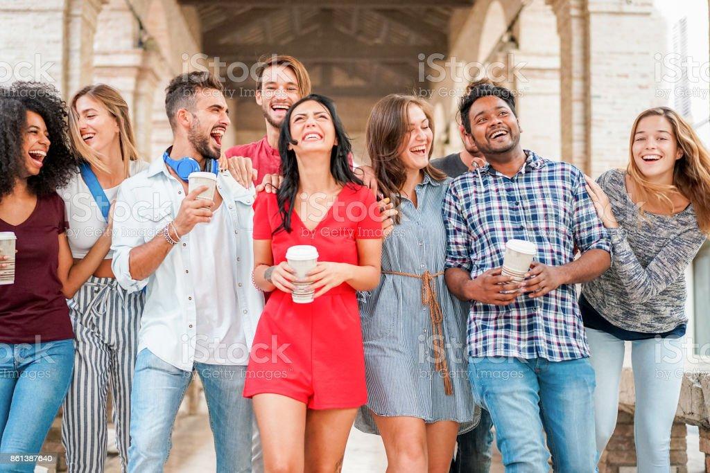 Grupo de amigos de diversidade cultural, passear no centro da cidade com o copo de papel de café - pessoas felizes se divertindo juntos - conceito de juventude e amizade - foco principal em homem indiano - foto de acervo