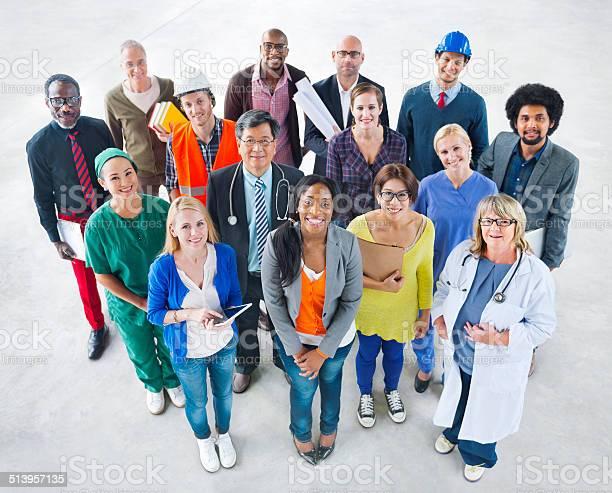 Grupo De Diversidade Étnica Pessoas Com Diferentes Postos De Trabalho - Fotografias de stock e mais imagens de Adulto