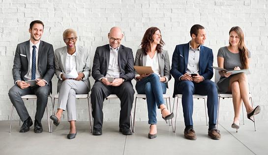 Foto de Grupo De Diversas Pessoas Estão À Espera De Uma Entrevista De Emprego e mais fotos de stock de Adulto