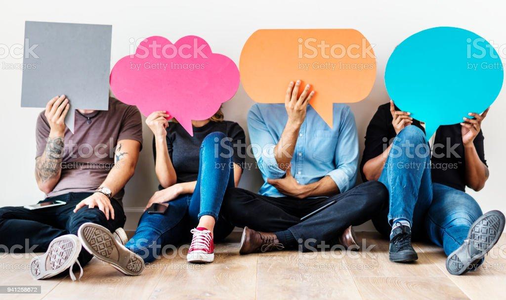 Groep diverse mensen met spraak bubbels pictogrammen foto