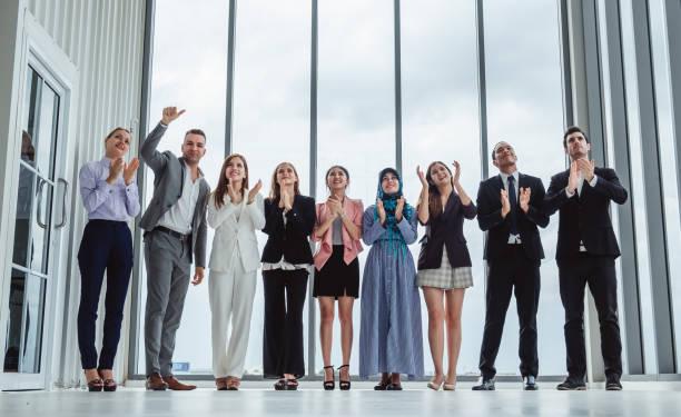 grupo de empresários de diversidade, celebrando aplaudindo as mãos para o trabalho em equipe e sucesso - admiração - fotografias e filmes do acervo