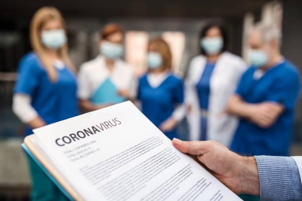 Gruppe von Ärzten sprechen über Corona-Virus auf Konferenz. – Foto