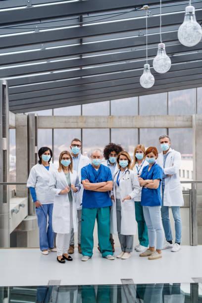 Gruppe von Ärzten mit Gesichtsmasken Blick auf die Kamera, Corona-Virus-Konzept. – Foto
