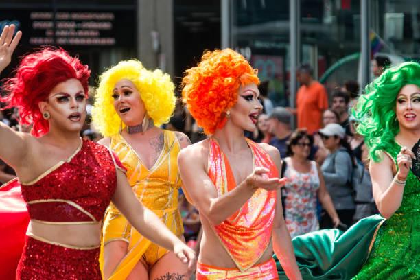 groep van drag queen deelnemers aan lgbtq pride parade in montreal. - drag queen stockfoto's en -beelden