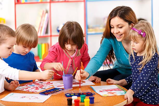 grupo de edad primaria en clase de arte de niños con maestro - clase de arte fotografías e imágenes de stock