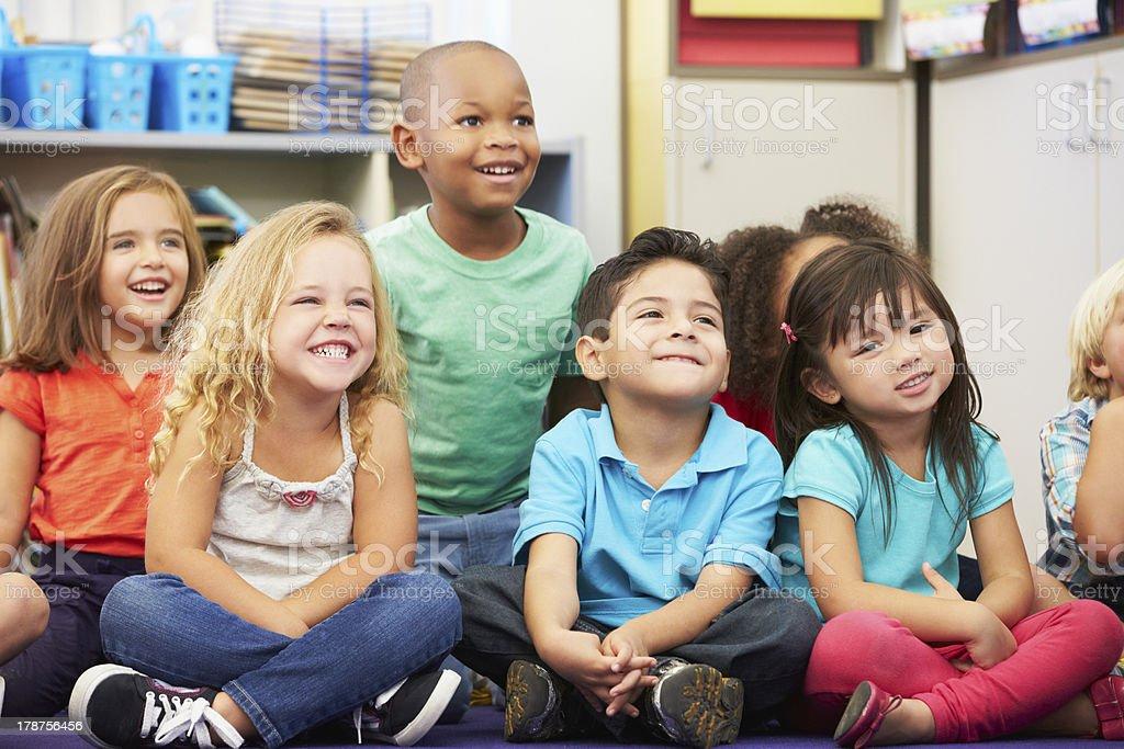 Grupo de alunos em sala de aula de escola fundamental - foto de acervo