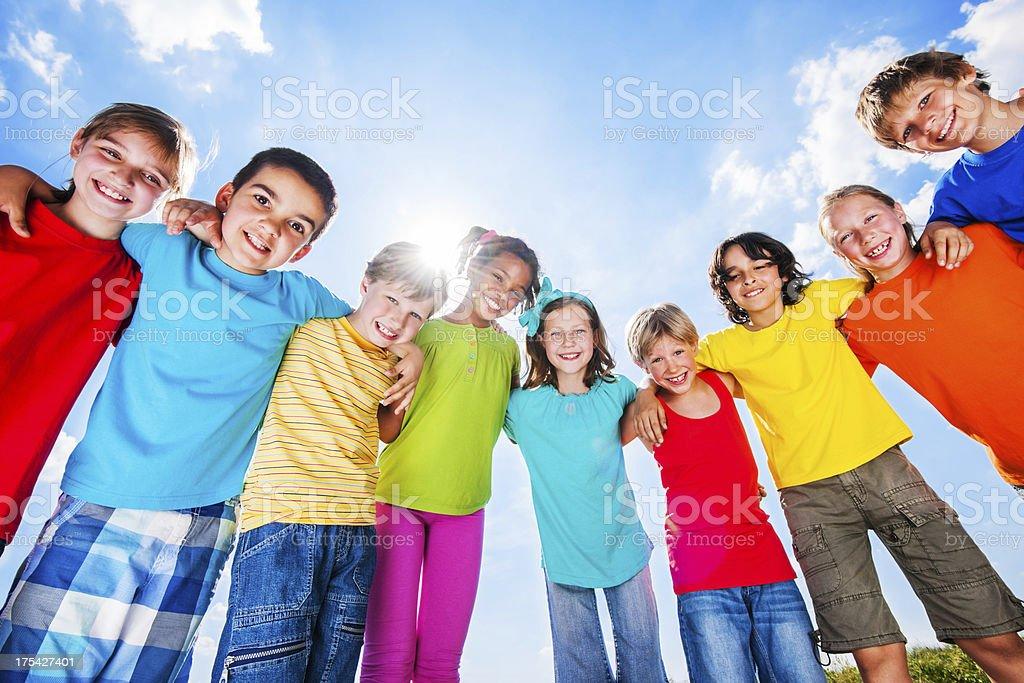 Erfreut Gruppe von fröhlich Kinder gegen den Himmel. – Foto