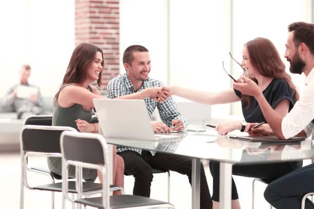 Mitarbeitergruppe diskutiert neue Ideen bei einem Arbeitstreffen – Foto